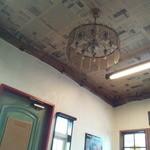 cafe KO-BA - 天井には古い英字新聞が貼られています