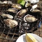 鎌倉水産 - カキ以外の食材は持参です。ただし、軍手や紙皿、お箸は貰えます。