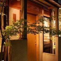 古風な店構えからは高級感があふれ、店内には開放感のある空間が広がっています。