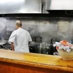 福々亭 - カウンターから厨房