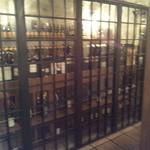 トラットリア・ブリッコラ - 入り口すぐにはワインセラ-