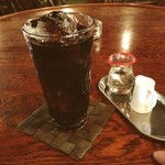 さくらんぼ - 食後のアイスコーヒー! シッカリと苦味も香りもあり、美味\(^o^)/  そういえば、コーヒーを業界用語(元々、ジャズミュージシャンが言い出しました)で言うと「ヒーコー」となるが、アイスの場合「スイアー ヒーコー」と言うのかな?
