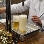 ビールスタンド重富 - 参度注ぎは最初に一気に注ぐ