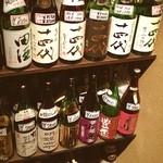 徳兵衛 - 日本酒セラーに十四代を中心にズラリ。自分で選んでセルフで一合。なかなか粋です。