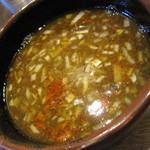 17784735 - かなり酸味の強い魚介豚骨醤油のつけ汁。