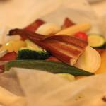 ラターシュ - 季節野菜と穴子の紙包み焼き、燻製風味 のアップ (2013/03)
