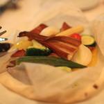 ラターシュ - 紙を開けると、季節野菜と穴子の紙包み焼き、燻製風味 (2013/03)