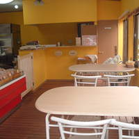 腸詰屋 - 店内のテーブル席は4名様×2テープルです。