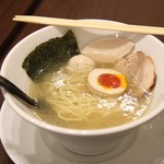 鶏喰 - 塩ラーメン(麺半分+味玉半分)