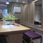 17825473 - 清潔感のある店内はカウンター席やテーブル席、宴会も出来る小上がりのテーブル席のお座敷と多種多様でどんな客層にも対応できる様になってます。