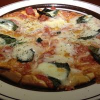 オーラパンアジル - 「マルガリータピザ」ベーシックなモッツァレラチーズとバジルの乗ったトマトベースピザ