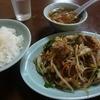 三久 - 料理写真:肉野菜炒め(630円)を定食にして(+260円)。黒こしょうが最初から振りかけられている…わああああ