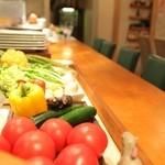 カロローゾ - 野菜と共にカウンターで
