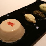 オーグードゥジュール メルヴェイユ 博多 - 桜のブロマンジェ、春の山菜、タラの芽のアイスクリーム添え 日本のエスプリを込めて