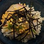 かの川 - 茶碗にご飯を入れ、鯛とあられ等薬味をかけます。
