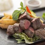 トランジット・カフェ - 料理写真:ランチ:牛ロースのサイコロステーキ ガーリックバターソース(1,630円)