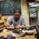 ふじけん 大名店 - カウンター席の目の前では、店長さんが包丁を振るって、ずっと刺盛りを作り続けてます。 恐らく客のほとんどが注文するのでしょう。