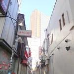 食堂 おさか - ゆうらく通りの右手におさか、バックはキャロットタワー