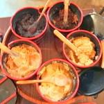 食堂 おさか - すまし汁に後入れする味噌(12時から時計回りに:麦こうじ、仙台、信州、山形、八丁)