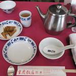 重慶飯店 - ザーツァイとジャスミンティのティーポッド