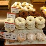 カンテボーレ - 店内:ドーナツがいっぱい(140円と150円)