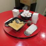壬生 - テーブルには玉子、天かす、ラー油があります