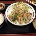 一やのごはん - 林神龍 春吉 一やのごはん なんか焼いた豚肉で野菜を巻いて食べる定食