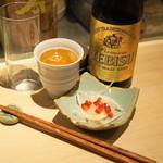 もつやき 婁熊東京 - エビス中瓶(680円)、お通しの新たまねぎ