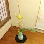 松木屋 - 早春。お座敷の花