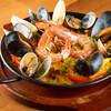 バル デ カヴァ - 料理写真:濃いめの味がクセなる『海の幸とドライトマトのパエリア』 M