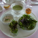 ポン・ヌフ - ランチメニューB(3150円)の前菜。アスパラガスをソースにした洋風茶碗蒸しや海老のクリーム和え、生春巻き、サラダ、うにの小品