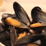 ボン・グゥ 神楽坂 - もりもり盛りムール貝のシャンパン蒸し、ポムフリット添え のアップ
