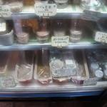 PATE屋 - ガラスのショーケースにはパテがいっぱい。