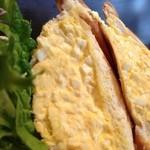 珈琲美人 文月 - 切り口は五センチくらいあるのか?外はカリカリ、中はしっとりの薄切りの食パンに、惜しげなく玉子が。