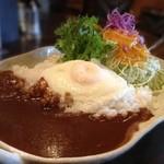 珈琲美人 文月 - 玉子のカレー。半熟の黄身が美味。