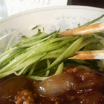 新華苑 - 料理写真:刻んだきゅうりが横に添えられてます。