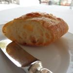 18179469 - バゲットの他あと4種類パンのサーブ