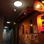 串かつ・侍 - 赤提灯がいい雰囲気を出している独特の外観!