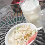 アジアン・エスニックレストラン&バー コセリ - ランチセットのサラダとドリンク(ラッシーを選びました)