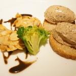 アピシウス - 前菜:フォワグラムースのタルティーヌとブルターニュ産雛鳥