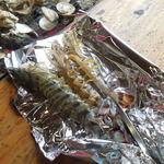 竹崎海産 - 生きたエビを串刺しにして焼く。