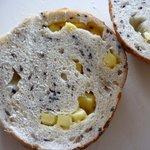 CORNEL BAGELS  - セサミチーズの横断面 チーズたっぷり
