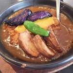 カズサヤ - 激辛カツカレー、素揚げされた野菜が乗る