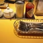 関谷スパゲティ - 大きいタバスコと粉チーズ