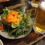 十七番地 - お通しのサラダ&ビール