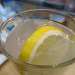 鳥芳 - レモンサワー400円 しっかり輪切りタイプのレモンが入ったレモンサワー!