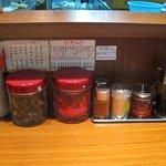 つばめ軒 - 卓上には紅しょうが、ゴマなどが並んでます。