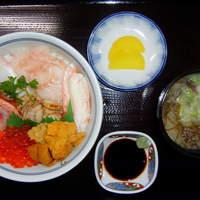 てうり亭 - (海鮮丼) 厳選した8品の魚介をがっつり味わうなら この丼
