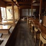 こはく庵 - 店内はかなり広く、写真右側がカウンター席、左側の座布団席は掘りごたつ式です