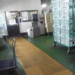 高山製菓 - 2013.4 工場入口を入って直売所(事務所)へ向かいます